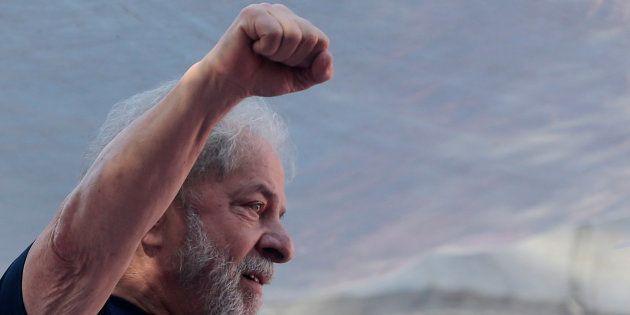 Luiz Inacio Lula da Silva, el expresidente de Brasil y aún candidato presidencial del PT, durante un...