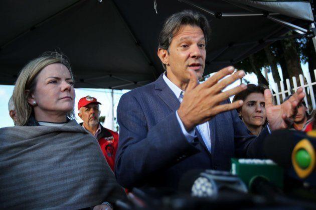 Fernando Haddad y Gleisi Hoffmann, ante la prisión en la que está encerrado Lula, tras comunicarle la...