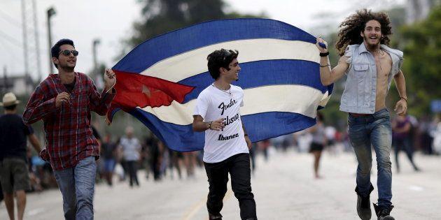 Unos chicos enarbolan una bandera de Cuba, en 2016, ante el concierto de los Rolling Stones en la