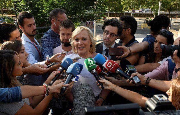Inés Madrigal atiende a los medios a su llegada a la Audiencia Provincial de
