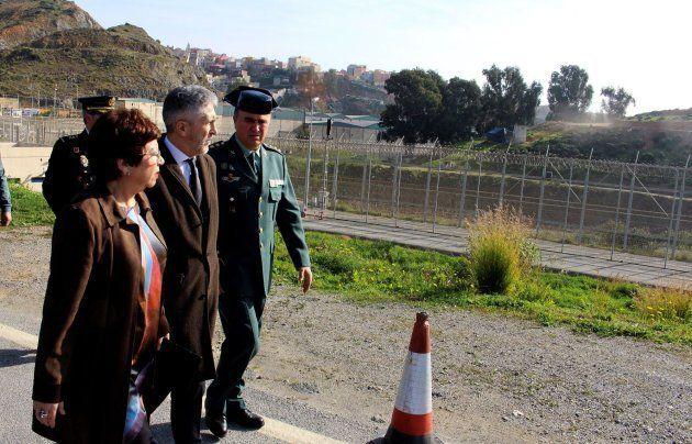 El ministro del Interior, Fernando Grande-Marlaska, durante la visita que ha realizado al puesto fronterizo...