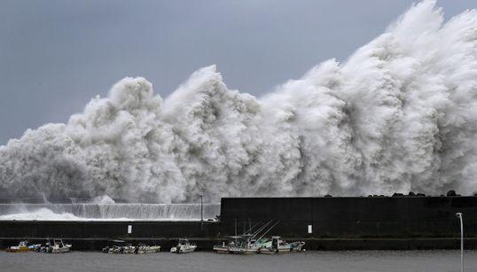 En imágenes: el tifón Jebi arrasa