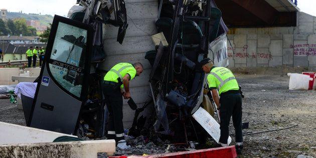La Guardia Civil, trabajando sobre los restos del autobús siniestrado, el pasado