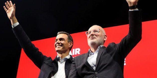 El secretario general del PSOE y presidente del Gobierno, Pedro Sánchez (c), junto al candidato socialista...