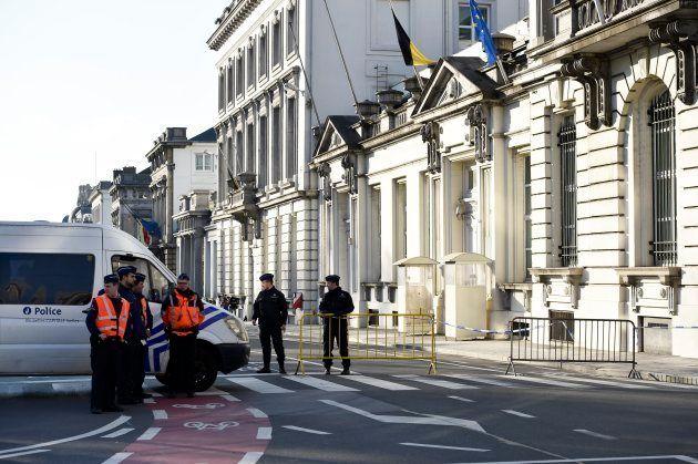 Vigilancia reforzada ante la oficina del primer ministro belga, tras los atentados de Bruselas de
