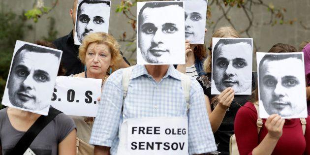 Protesta en Ucrania con fotos de Oleg Sentsov para pedir su