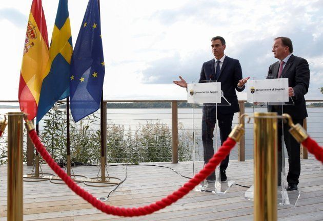 El presidente del Gobierno español, Pedro Sánchez (i), junto al primer ministro de Suecia, Stefan Lïfven...