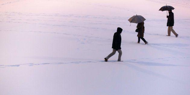 Varios ciudadanos caminan sobre la nieve en Burgos, en el temporal del pasado