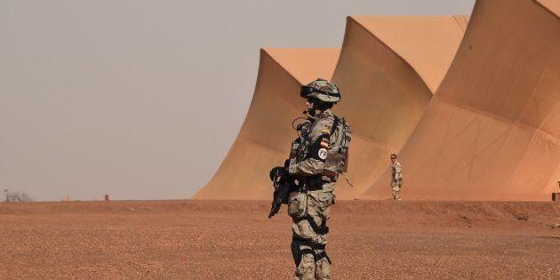 Un soldado español, de guardia ante una base francesa en Gao (Mali), en enero de