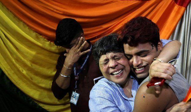 Miembros de la comunidad LGTB india celebran el