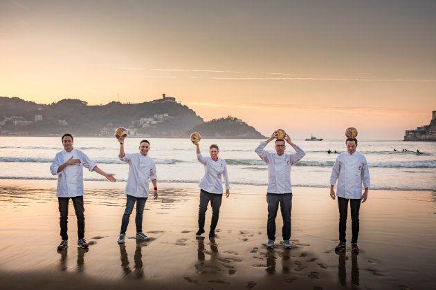 Los ganadores de los Tres Soles Guía Repsol 2019 en la playa de la concha de San