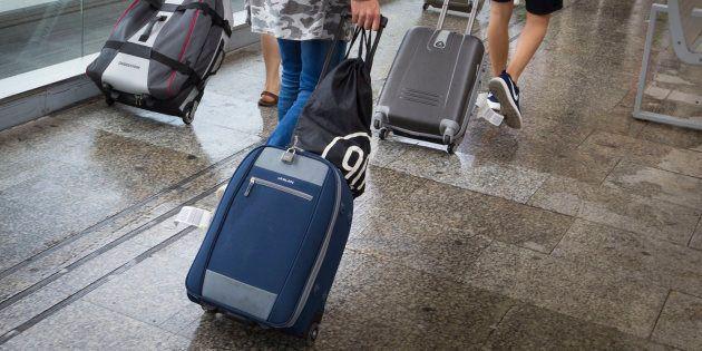 Personas con maletas en un aeropuerto