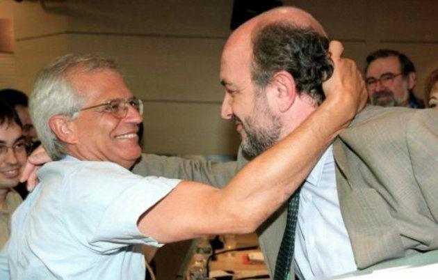 Josep Borrell saluda a Joaquín Almunia durante el proceso de primarias de