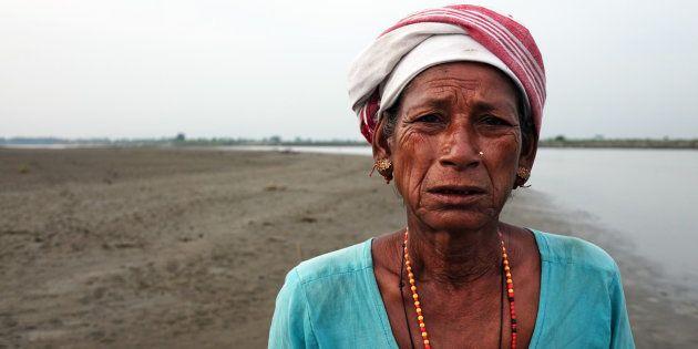 Mujer indígena de la tribu mising