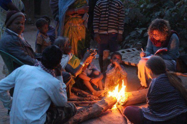 La investigadora de Survival, Fiore Longo, toma notas durante una reunión con indígenas 'baigas' alrededor...