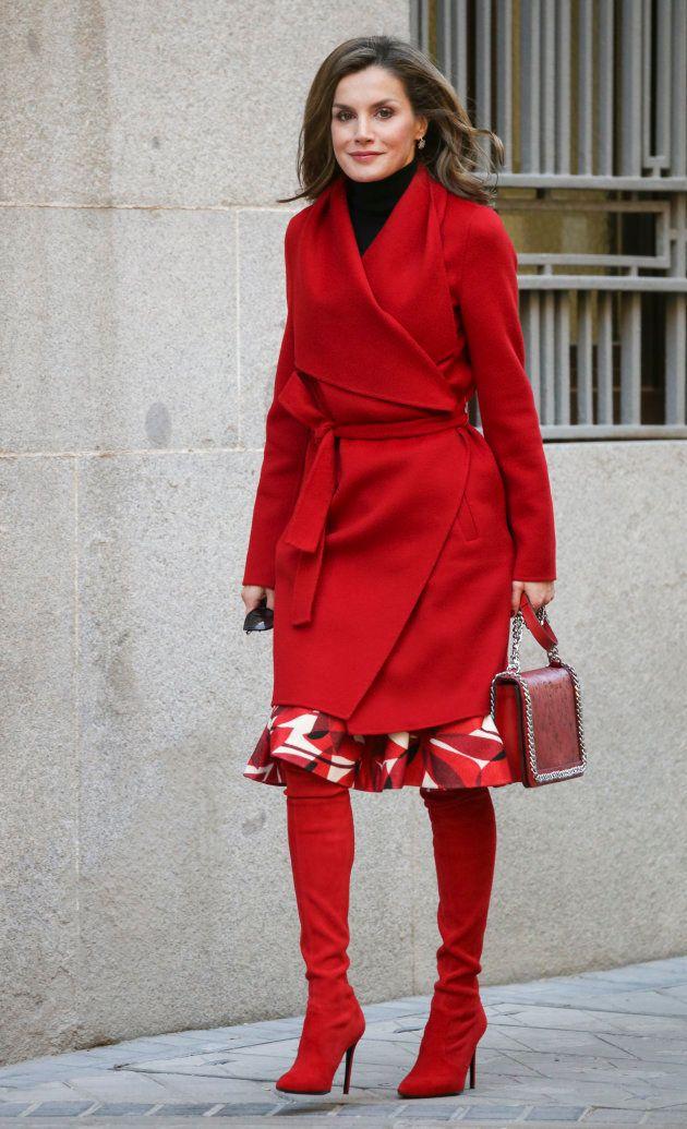La reina Letizia, dirigiéndose a una reunión con la Asociación Española Contra el Cancer el 21 de diciembre...