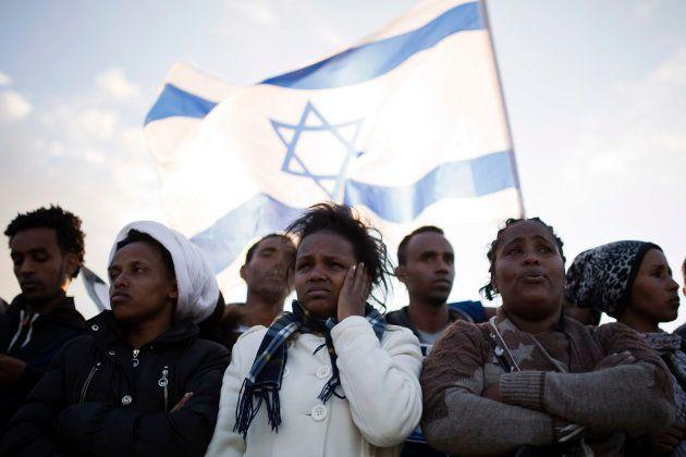 Migrantes africanos, ante la cárcel de Holot, en el desierto del