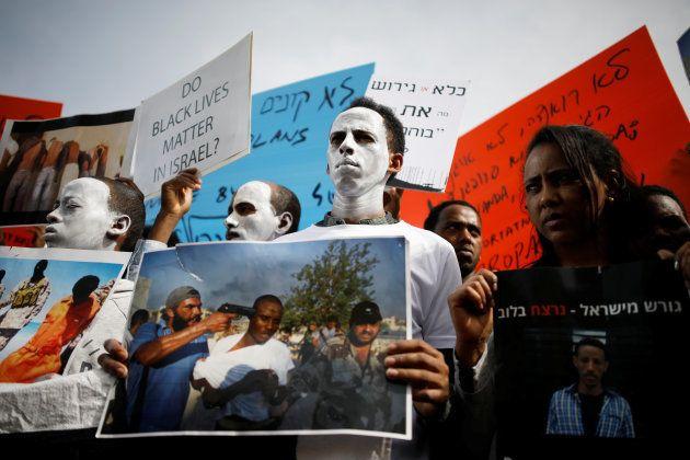 Protesta ante la embajada de Ruanda en Israel, hace unas semanas. En un cartel se lee: