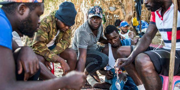 Un grupo de migrantes subsaharianos, concentrados en un bosque de Boukhalef (Marruecos), con intención...