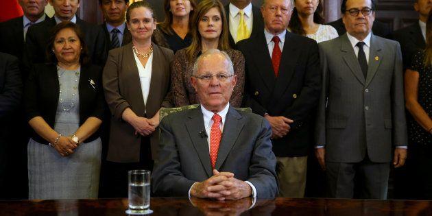 El expresidente peruano, Pedro Pablo Kuczynski (c), durante el mensaje a su país, acompañado de sus ministros...