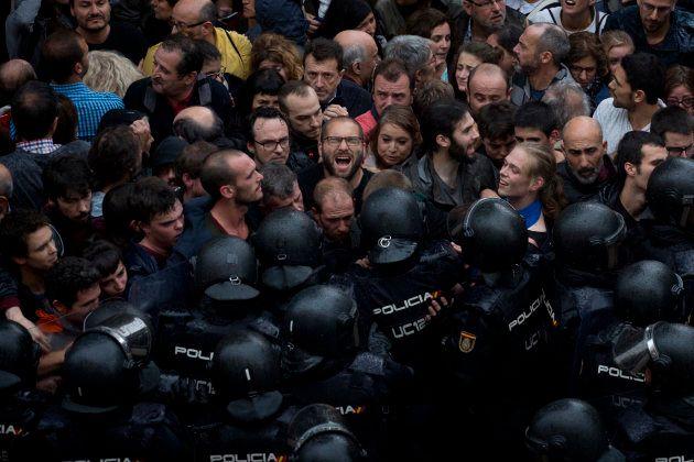 Agentes de la policía nacional impiden el paso a una escuela convertida en centro de votación, el 1 de...
