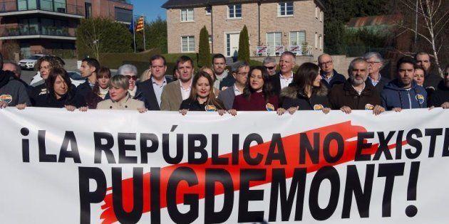 La portavoz nacional de Ciudadanos y líder de la oposición en Cataluña, Inés Arrimadas (de granate),...