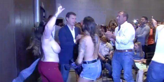 Activistas de FEMEN irrumpen en un acto de Albert Rivera: