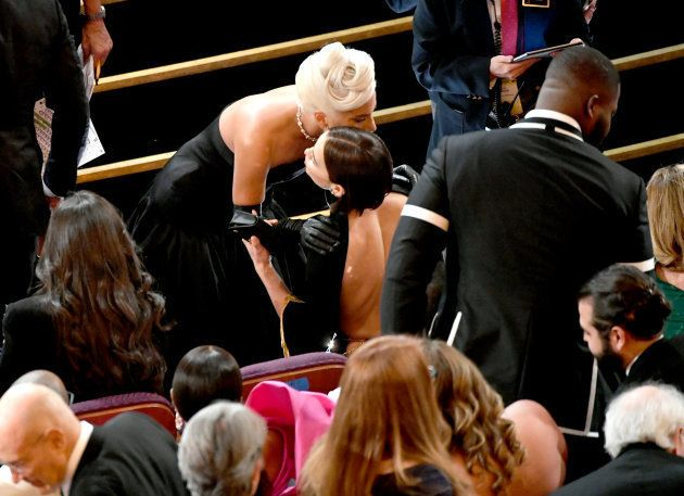 El abrazo de Irina Shayk a Lady Gaga en los