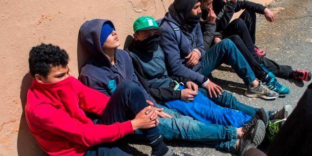 Un grupo de jóvenes marroquíes espera en el Puerto de Ceuta su oportunidad para embarcarse hacia la