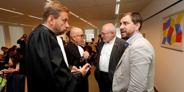 Los exconsellers Lluis Puig y Antoni Comin, junto a sus abogados, el pasado lunes en