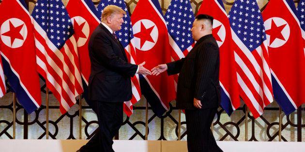 Donald Trump y Kim Jong Un se saludan, este miércoles, en Hanoi