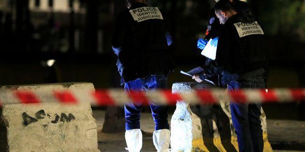 La policía francesa investiga la escena del