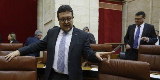 El líder de Vox, Francisco Serrano, en su escaño en el Parlamento