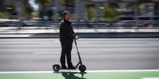 Un hombre usa un patinete eléctrico en San Francisco, California, el pasado