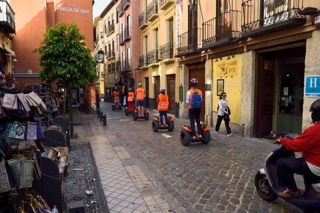 Turistas con 'segway' en la calle Elvira de