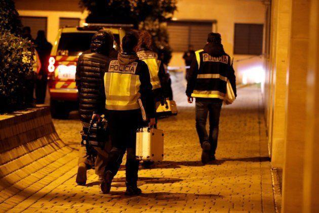 Miembros del la policía científica en la calle Benjamín Palencia de Getafe, donde dos menores han sido...
