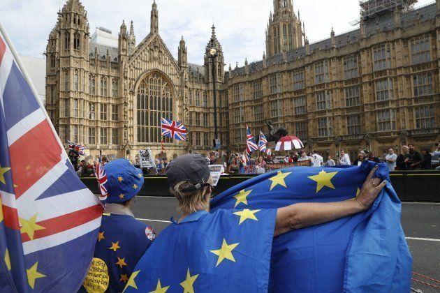 Manifestantes pro y anti Brexit, cara a cara frente a las Casas del Parlamento el 5 de septiembre de