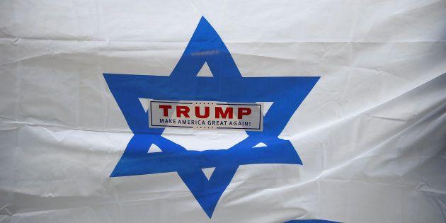 Una bandera de Israel con una pegatina sobre Trump, en una protesta pro-Palestina en Nueva York, el pasado