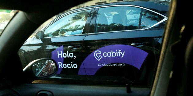 Un coche de Cabify a través de la ventana de un coche particular en