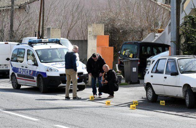 Policías franceses recogen pruebas junto al