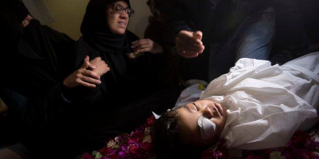 Un grupo de familiares vela al pequeño Ahmed Abu Abed, de cuatro años, muerto en la frontera con Israel...