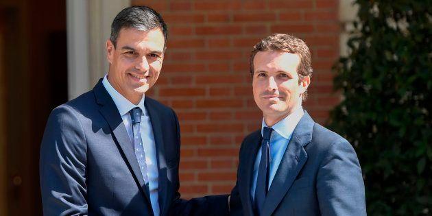 El presidente del Gobierno, Pedro Sánchez, y el líder de la oposición, Pablo Casado, presidente del PP,...