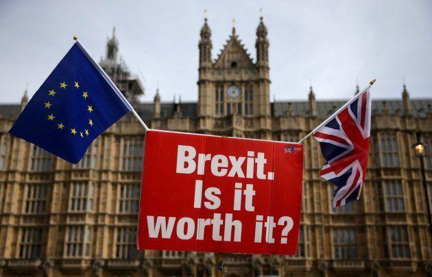 Imagen de archivo del parlamento británico con las banderas de la UE y Reino
