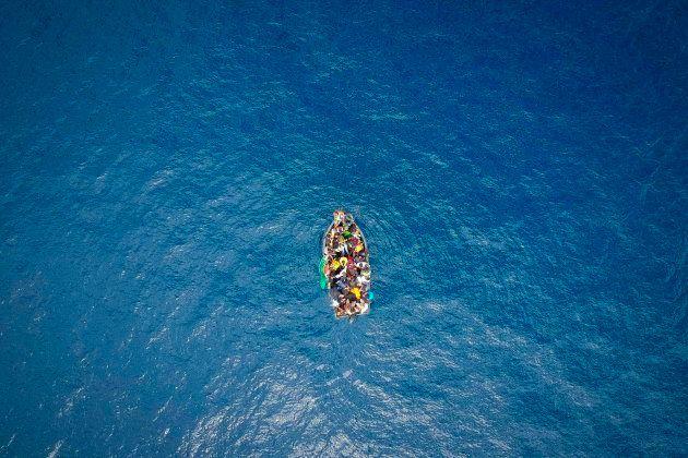 Imagen de archivo de un barco con migrantes cerca del Estrecho de