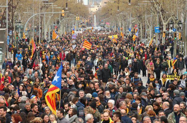 Miles de personas se manifiestan en Barcelona contra la detención de