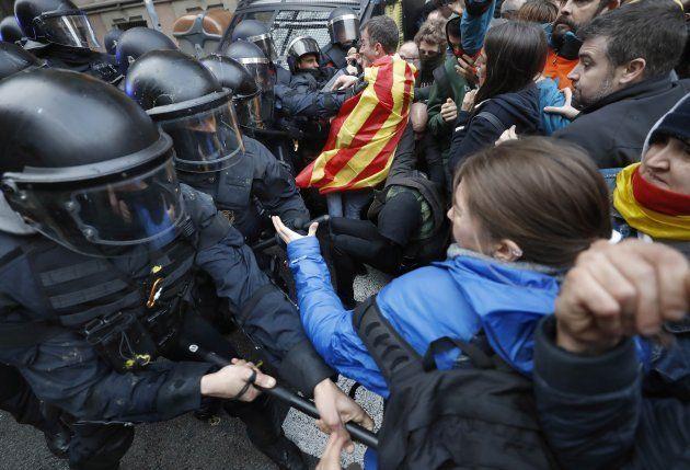 Miembros de los Mossos impiden el paso de manifestantes en las inmediaciones de la Delegación del Gobierno...