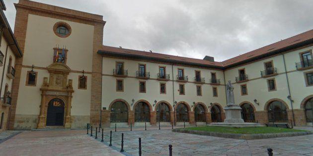 Fachada del edificio de la Facultad de Psicología de Oviedo, donde se han producido los hechos