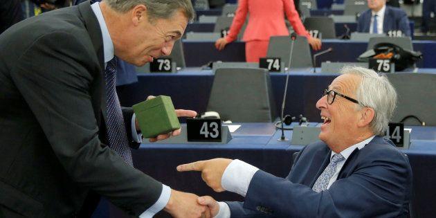 El defensor del Brexit Nigel Farage hace un regalo al presidente de la Comisión Europea, Jean-Claude