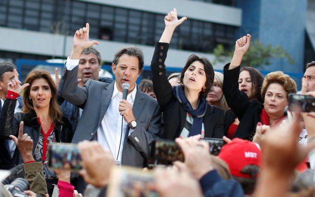 Fernando Haddad, junto a su candidata a la vicepresidencia, Manuela D'avila (derecha) y su esposa Ana...