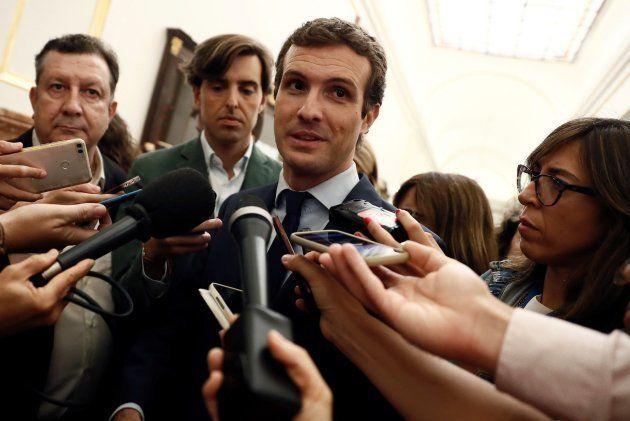 El presidente del PP, Pablo Casado, atiende a los medios en los pasillos del